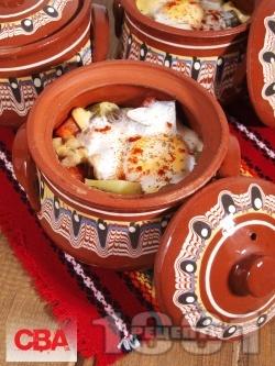 Гювечета с пилешки хапки от бутчета, картофи, кисели краставички, топено сирене, яйца и печени чушки на фурна - снимка на рецептата